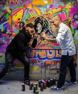 Grand fan de Street Art, @jeremydelval le Chef création pâtisserie de la Maison Dalloyau a souhaité s'associer à Jo Di Bona, la nouvelle figure emblématique de la scène street art parisienne. @jodibona doit son succès fulgurant à sa technique unique qu'il a lui-même inventée: le Pop Graffiti, où il associe collages, diverses influences du graffiti et la culture pop.   Les deux artistes ont décidé de s'inspirer des débuts royaux de Dalloyau avec une personnalité ancrée dans son histoire, le street artist a donc réalisé un portrait coloré et pop de Louis XIV qui est apposé sur le mythique Opéra créé en 1955.   Rendez-vous demain pour découvrir les créations de cette nouvelle collaboration très colorée ! 😬  #dalloyau #dalloyauparis #collaboration #streetart #graffiti #graffitiart #pop #jodibona #pastry #creation #colors