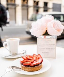"""Prenez la """"pause"""" en terrasse et au soleil : l'occasion de déguster notre délicieuse tartelette aux fraises made in France accompagnée d'un thé ! 🤩🍓 - 👨🏻🍳 @jeremydelval  - #dalloyau #dalloyauparis #love #tarte #family #food #foodies #gourmandise #miam #instafood #yummy #dessert #gouter #gourmand #fraise #paris #france  #terrasse #instafood #strawberry #instagood #yummy #été #cake #delicious #instacake #summer #happy #desserts #tarteauxfraises"""