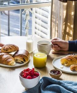 L'été c'est aussi l'occasion de prendre le temps de commencer la journée autour d'un bon petit-déjeuner by Dalloyau. - 👨🏻🍳 @jeremydelval  - #dalloyau #dalloyauparis #fraises #strawberries #cake #breakfast #chocolate #instafood #pastrychef #instagood #yummy #cakes #desserts #bakery #delicious #paris #sweet #baking #chef #pastrylife #chocolat #chocolates #gourmet #frenchpastry #patisserie #paris #parisfood #frenchfood #parispastry #pastrylove
