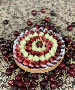Découvrez notre tarte cerise 🍒  Parfaite pour l'été, on retrouve un fond de tarte garni d'une crème amande-pistache, de cerises fraiches et d'une ganache montée pistache de Sicile ! Disponible en boutique, click and collect et en livraison ! - 👨🏻🍳 @jeremydelval 📸 @sorayalolas - #dalloyau #dalloyauparis #love #tarte #family #food #foodies #gourmandise #miam #instafood #yummy #dessert #gouter #gourmand #cerise #paris #france  #clickandcollect #instafood #pistache #instagood #yummy #été #cake #delicious #instacake #summer #happy #desserts #tartecerise