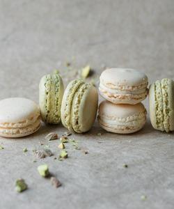 Nos macarons vanille et pistache sont à retrouver individuellement ou en coffret dans nos boutiques et sur notre site internet dalloyau.fr. Ils n'attendent que vous pour être dégusté en ce début de printemps, ne passez pas à côté !!! 👨🏻🍳 @jeremydelval  📸@popmyfood  #dalloyau #dalloyauparis #food #yummy #macaron  #gourmandise #instafood #pistache #vanille 