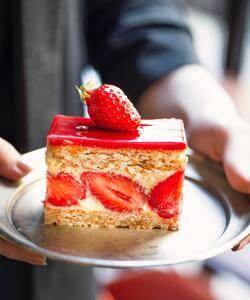 Bonne nouvelle ! L'iconique Fraisier by @jeremydelval est de retour 🍓   Des fraises fraîches, une mousseline aérienne à la vanille Bourbon et un biscuit gourmand aux amandes et noisettes ✨  Le dessert idéal pour marquer l'arrivée du printemps en légèreté ! Retrouvez le dès demain dans nos boutiques et dès maintenant en précommande sur notre site Dalloyau.fr   #dalloyau #dalloyauparis #paris #fraisier #pastry #chefpastry #cheflife #fraise #spring #easter #foodlover #foodaddict #creation