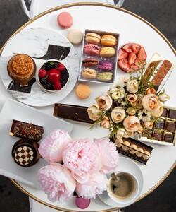 Une furieuse envie de sucré ?  Pâtisseries fruitées, pralinées ou chocolatées : il y en a pour tous les goûts chez @dalloyauParis ! A emporter ou à déguster en terrasse ! - 👨🏻🍳 @jeremydelval  - #dalloyau #dalloyauparis  #tarteauxfraises #pastry #cake #dessert #chocolate #instafood #pastrychef #instagood #yummy #cakes #desserts #bakery #delicious #paris #sweet #baking  #chef #pastrylife #chocolat #chocolates #gourmet #frenchpastry #patisserie #paris #parisfood #frenchfood #parispastry #pastrylove