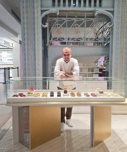 Retrouvez notre chef pâtissier @jeremydelval demain à la @samaritaineparis 🤩  Rendez-vous à la « Pâtisserie L'Exclusive by DALLOYAU » à l'étage de la beauté, où le chef vous attendra pour vous présenter les pâtisseries exclusives réalisées pour la @samaritaineparis et pour répondre à toutes vos questions ! * * #dalloyau #dalloyauparis #SamaritaineParis #ouverture #paris #rivoli #rencontre #chefpatissier #sunday #patisserie #exlusive #question #shootingday