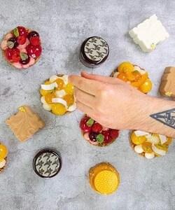 Retrouvez les pâtisseries de @jeremydelval à la Pâtisserie L'Exclusive de la @samaritaineparis !   Qui a déjà eu l'occasion de tester une de ces créations ?   📸 @popmyfood   #samaritaine #samaritaineparis #pastry #cheflife #creation #food #foodporn