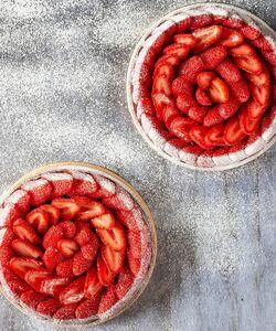 Bonne nouvelle !! La tarte aux fraises by @jeremydelval est de retour   Une pâte sablée onctueuse, une crème d'amande parfumée au citron ainsi que ces fraises fraîches 🍓   Un dessert à ne surtout pas manquer, à partager ou à manger seul, retrouvez la sous toutes ses formes dans nos boutiques ou sur Dalloyau.fr 🔆  #dalloyau #dalloyauparis #paris #tarteauxfraises #fraise #foodlover #food