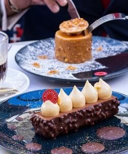 Toutes les équipes de la maison DALLOYAU vous souhaitent une très belle fête des pères 🎉  📸 @popmyfood 👨🍳 @jeremydelval * * * * #dalloyau #dalloyauparis #terrasse #pâtisserie #tonka #chocolat #praliné #meringue #fondant #caramel #yummy #yummyfood #food #foodlover #mousse #shoot #picoftheday