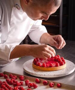 Le printemps est là ! Et pour votre plus grand plaisir les fruits font leur grand retour 😋  Notre chef pâtissier @jeremydelval vous prépare de nouvelles créations fruitées pour égayer vos papilles !   Est-ce que vous avez des idées de nos prochaines nouveautés ? 😇  #dalloyau #dalloyauparis #paris #creation #pastry #cheflife #gastronomie #spring #foodlover