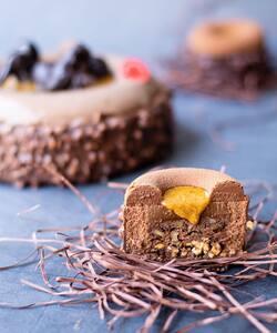 Alerte gourmandise ! Nous vous présentons l'Oeuforie de Pâques, une création de notre chef pâtissier @jeremydelval 🍫   Un croustillant chocolat-pécan, un brownie aux éclats de pécan, une mousse au chocolat pur du Brésil 62% et son rocher noir. Un dessert au chocolat alliant équilibre des saveurs et gourmandise. N'est-il pas irrésistible ? 😋  À retrouver dès maintenant dans nos boutiques et sur notre site internet Dalloyau.fr !   #dalloyau #dalloyauparis #paris #pastry #chocolat #gourmandise #chocolatlover #creation #paques #easter