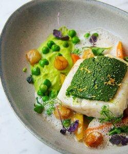 Deuxième recette de notre @pierre_koch_chef pour votre repas de Pâques.   Un filet de turbo en croûte d'herbes accompagné de son fricassé de petits pois à la française et de sa sauce champagne. Une recette légère aux saveurs printanières !   Commandez votre menu sur Dalloyau.fr ou dans nos boutiques.   #dalloyau #dalloyauparis #paris #menudefete #cheflife #fish #easter