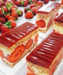 Aujourd'hui c'est préparation de fraisiers chez Dalloyau! Retrouvez-les dès demain en boutique, en click and collect ou en livraison sur notre site internet ! 🍓🤗 - 👨🏻🍳 @jeremydelval - #dalloyau #dalloyauparis #love #fraisier #family #food #foodies #gourmandise #miam #instafood #yummy #dessert #gouter #gourmand #fraise #paris #france  #clickandcollect #instafood #strawberry #instagood #yummy #été #cake #delicious #instacake #summer #happy #desserts #strawberries