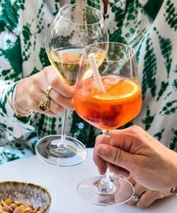 Venez prendre un délicieux apéritif accompagné d'un Spritz bien frais composé de champagne, d'Apérol et de ses rondelles d'orange et de citron pour apporter un coté fruité. Dans notre nouvelle terrasse au 101 rue faubourg saint-honoré 75008.  (L'abus d'alcool est dangereux pour la santé, à consommer avec modération.)  📸@popmyfood  #dalloyau #dalloyauparis #terrasse #vers #cocktail #spritz #convivial #yummy #food #picoftheday