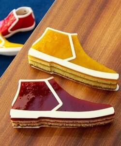 Vous n'allez pas en croire vos papilles !  Nous vous proposons une nouvelle collaboration alliant mode et gourmandise en travaillant sur des recettes inédites reprenant la forme emblématique des chaussures montantes en vinyle de la marque @rivieras, véritables chaussures fétiches de @tal.spiegel. !   @jeremydelval et @desserted_in_paris ont travaillé ensemble pour vous proposer deux cakes aux saveurs ensoleillées. Le premier, un cake aux framboises et à la rose. Le second est un cake au citron parfumé à l'huile d'olive zaatar. 🍋🌹  Comme de réelles chaussures nos cakes inédits se vendent par paire. 👞👞  Disponibles dans toutes nos boutiques Dalloyau et sur notre site internet Dalloyau.fr.  📸 @popmyfood 🤝 @desserted_in_paris 🤝 @rivieras 👨🏻🍳 @jeremydelval  #dalloyau #dalloyauparis #collaboration #chaussures #vinyles #yummy #yummyfood #shooting #picoftheday #food #foodlover #framboise #rose #amande #citron
