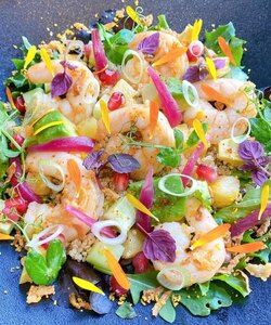 Envie d'une salade fraîche et gourmande pour l'été ?  Notre chef @pierre_koch_chef vous donne sa recette de la salade de gambas, quinoa et avocat à découvrir sur @elleatable  - #dalloyauparis #recette #cusine #foodporn #elleatable #salade #quinoa