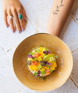 Nous vous présentons la nouvelle entrée de cet été : la fraîcheur de crabe, quinoa, avocat, agrumes, oignons pickles   Où découvrir cette entrée ?   📍 Au restaurant Dalloyau au 101 rue du Faubourg Saint-Honoré  📱 Sur notre site internet : Menu gourmand dans la rubrique Dalloyau Chez Vous  * 📷 @popmyfood * * #dalloyau #dalloyauparis #repas #food #cuisine #instafood #recette #miam #yummy #healthyfood #foodporn #faitmaison #healthy #livraison #livraisonadomicile #delivery #food #paris #enfamille