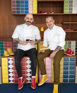 Deux chefs, deux mondes, une collaboration !   C'est avec plaisir que nous vous présentons qui se cachent derrière tout ce travail fourni, ils ont pris un malin plaisir pour confectionner ces deux cakes rien que pour vous !   @dalloyauparis X @desserted_in_paris X @rivieras vont en surprendre plus d'un(e). 🍋🌹  📸 @popmyfood 👨🏻🍳 @jeremydelval 👨🏻🍳 @tal.spiegel  #dalloyau #dalloyauparis #pâtissier #chef #cake #citron #framboise #rose #yummy #yummyfood #shoot #picoftheday #chaussure