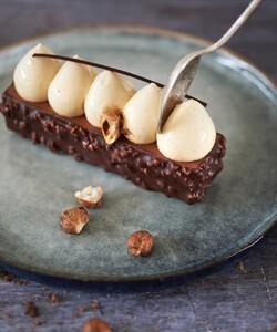 Bonne nouvelle chez DALLOYAU ! Aujourd'hui notre boutique rue de Grenelle rouvre ses portes ! Le Tonka avec ses notes de chocolat au lait et fève de tonka vous y attend ! 🤩 - 👨🍳 @jeremydelval 📸 @gali_eytan_photography - #dalloyau #dalloyauparis #patisserie #pastry #cake #food #dessert #chocolate #instafood #pastrychef #instagood #yummy #foodporn #cakes #desserts #bakery #delicious #paris #sweet #baking #foodie #love #foodgasm #chef #pastrylife #chocolat #chocolates #gourmet #amazing