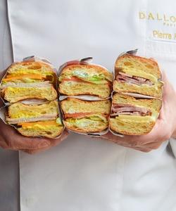 Nos trois incontournables sandwiches sont disponibles partout dans nos boutiques pour un déjeuner ou une petite faim gourmande. Il y en a pour tous les goûts, retrouvez notre pain brioché garni de saumon fumé à la crème d'aneth au citron Kalamansi ou au blanc de dinde mariné aux épices ou enfin notre sandwich au jambon d'Île-de-France et au comté AOP 18 mois.  📸 @popmyfood * #dalloyau #dalloyauparis #food #faitmaison #sandwiches #paris #instafood #yummy #lunch  