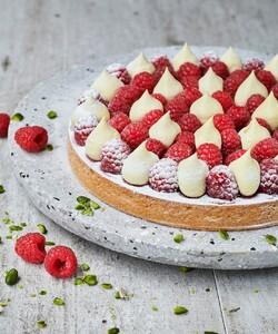 Avec son sablé breton, ses framboises fraîches et sa ganache montée pistache, cette tarte est sans aucun doute la reine de l'été ! 🤩 - 👨🏻🍳 @jeremydelval  📸 @gali_eytan_photography  - #dalloyau #dalloyauparis #love #tarte #family #food #foodies #gourmandise #miam #instafood #yummy #dessert #gouter #gourmand #fraise #paris #france  #terrasse #instafood #framboise #instagood #yummy #été #cake #delicious #instacake #summer #happy #desserts #tarteframboises