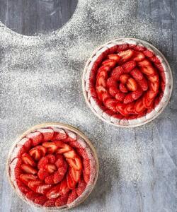 Retrouvez notre délicieuse tarte aux fraises disponible à la livraison et en Clic and Collect sur notre site internet ! 🤩🍓 - 👨🏻🍳 @jeremydelval 📸 @gali_eytan_photography  - #dalloyau #dalloyauparis #love #tarte #family #food #foodies #gourmandise #miam #instafood #yummy #dessert #gouter #gourmand #fraise #paris #france  #clickandcollect #instafood #strawberry #instagood #yummy #été #cake #delicious #instacake #summer #happy #desserts #tarteauxfraises  