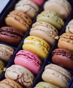 Une pause macarons pour débuter la semaine en gourmandise ! 😋 Quel est votre parfum préféré ?   Retrouvez nos coffrets avec une multitude de parfums dans nos boutiques et sur notre site internet Dalloyau.fr !   📸 @popmyfood   #dalloyau #dalloyauparis #paris #macarons #pastry #foodlover #cheflife