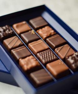 Spécial retardataires ! Vous n'avez pas encore commandé vos chocolats de Pâques ? Ce week-end, retrouvez les coffrets de chocolats Dalloyau dans nos boutiques ou en livraison par coursier à Paris. Réservez vite votre créneau sur Dalloyau.fr !   📸 @popmyfood   #dalloyau #dalloyauparis #paris #chocolat #chocolatlover #sweet #cheflife #delivery #food #easter #paques