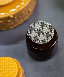 Le Duo chocolat à retrouver à la Pâtisserie L'Exclusive by @dalloyauparis en exclusivité à @samaritaineparis  Découvrez son croustillant noisette du Piémont, biscuit dacquoise noisette, crémeux chocolat au lait 33 % pur Madagascar, mousse chocolat noir 62 %pur Brésil.  Et pour la touche finale notre chef @jeremydelval c'est inspiré du sol en mosaïque pied-de-poule de la @samaritaineparis pour réaliser son décor en chocolat.   📍  À retrouver à l'étage de la beauté @samaritaineparis * * 📷 @popmyfood * * #dalloyau #SamaritaineParis #patisserie #pastry #instafood #cake #dessert #food #foodporn #yummy #chocolate #pastrychef #gourmandise #delicious #instagood #sweet #foodie #patisseriefrancaise