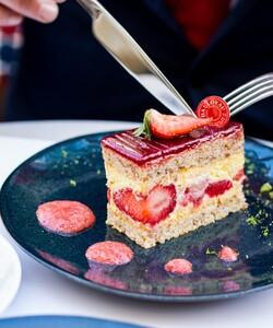 FLASH INFO ! Nos boutiques de Boulogne et Neuilly seront fermées du 01/08 au 23/08. Retrouvez les créations de nos chef.fes à partir du 24/08. La boutique du Faubourg Saint-Honoré reste ouverte de 9h à 16h du lundi au samedi et de 10h à 15h le dimanche.   #dalloyau #dalloyauparis #summer #fraisier #pastry