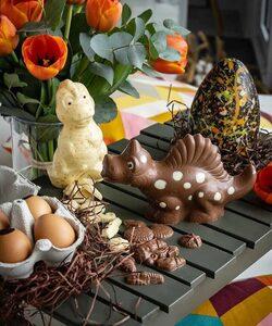 La chasse aux œufs commence ! 🍫  Des dinosaures et des gourmandises chocolatées à cacher pour les plus petits et des œufs de dinosaures pop à offrir pour les plus grands, l'univers #popmypaques de Dalloyau regorge de surprises !   Retrouvez toutes nos créations dans nos boutiques et en livraison en 24h sur le site Dalloyau.fr 🚀   Merci @bouchey.my pour ces jolies photos 😇   #dalloyau #dalloyauparis #pâques #chocolat #chocolate #easter #chocolatier