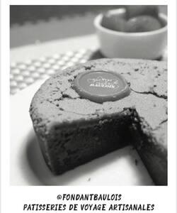Pour débuter la journée, nous continuons notre tour des régions chez nos artisans de France ! 🇫🇷Aujourd'hui, nous vous emmenons dans l'Ouest chez @fondantbaulois !   Cette pâtisserie possède la recette authentique du Fondant Baulois qui séduit tous les amoureux de gâteau au chocolat depuis plus de 35 ans. En 2010, forte d'un savoir-faire en gâteaux de voyage la maison élargit sa gamme avec le Gâteau Nantais, une généreuse génoise à l'amande recouverte d'un subtil glaçage au rhum.   Retrouvez ces deux recettes authentiques, gourmandes et ambassadrices de la région Ouest dans nos boutiques et sur notre site internet Dalloyau.fr   #dalloyau #dalloyauparis #lefondantbaulois #gateaunantais #collaboration #cake #foodlover #pastry #france #gastronomie #creation #foodporn