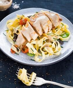 """Dalloyau vous propose de vous faire livrer des repas directement chez vous comme ici la fameuse Volaille Jaune aux Morilles et Tagliatelles.  Rendez-vous sur dalloyau.fr pour découvrir et commander nos menus. Et pour ceux qui le souhaitent, testez notre option """"Chef à domicile"""" : un chef s'occupe de tout, vous n'avez qu'à profiter de vos invités ! - 👨🏻🍳 @pierre_koch_chef 📸 @gali_eytan_photography  - #dalloyau #dalloyauparis #lunch #newwebsite #food #gourmet #cocktail #recette #faitmaison #gourmandise  #instafood #foodie #miam #foodlovers #foodordering #foodlove #plateaurepas #cheflife #cooking #chefsofinstagram #gastronomy #chefs #menu #recipe #apéro #morille #homemade #mangerbien #instagood #reception"""