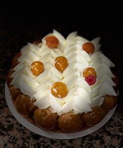 C'est la Saint-Honoré ! Courrez retrouver cette douceur en boutique ! Chez DALLOYAU le Saint-Honoré est disponible seulement en fin de semaine ! - 👨🍳 @jeremydelval 📸 @sorayalolas - #dalloyau #dalloyauparis #patisserie #sainthonoré #pastry #pastries #food #dessert #desserts #instafood #frenchpastry #pastrylife #cake #chefstalk #chefsofinstagram #foodlover #pastryelite #fooddesign #pastrychefs #instagoods #paris #france #yummy #chou #choux #teatime #foodie #food #crème  