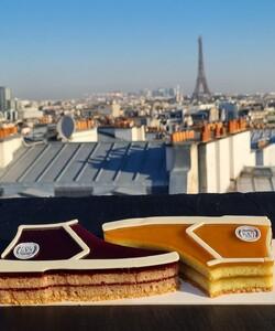 Merci @desserteaseme pour cette superbe photo 🤩  Notre collaboration Dalloyau x @Desserted_in_Paris x @Rivieras est toujours disponible dans toutes les boutiques Dalloyau et en commande sur notre site internet, en livraison partout en France 🇫🇷 !  C'est avec talent que les Chefs @jeremydelval et @tal.spiegel ont co-créé deux cakes incomparables, mêlant les origines israéliennes de Tal et les idées créatives de Jérémy.  🌹 Le premier modèle, un cake aux saveurs de framboises et de roses, avec un croustillant tahini amande, un biscuit madeleine sumac tahini, une compotée de framboises aux pétales de roses et des pâtes de fruits à la framboise.  🍋Le second modèle, un cake au citron parfumé à l'huile d'olive zaatar, avec un croustillant tahini amandes, un biscuit moelleux au zaatar et huile d'olive, une marmelade de citron jaune et des pâtes de fruit au citron. * 📷 @desserteaseme 👨🏻🍳 @jeremydelval 👨🏻🍳 @tal.spiegel 👞 @rivieras * #dalloyau #dalloyauparis #patisserie #pastry #instafood #cake #dessert #food #foodporn #yummy #gourmandise #delicious #instagood #fetedesperes #livraisonparis