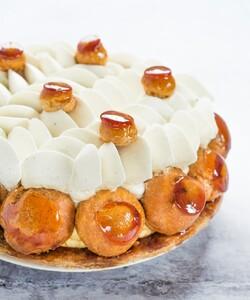 """C'est la Fête des Pères chez Dalloyau ! Courrez vite retrouver votre Saint-Honoré en boutique ou sur le site internet ! """"Fête"""" lui plaisir ! - 👨🏻🍳 @jeremydelval 📸 @gali_eytan_photography  - #dalloyau #dalloyauparis #love #saintho #family #food #foodies #gourmandise #miam #instafood #yummy #dessert #gouter #gourmand #ideecadeau #paris #france  #box #instafood #fêtedespères #instagood #yummy #sur-mesure #cake #delicious #instacake #fetedesperes2020 #happy #desserts #saint-honoré"""